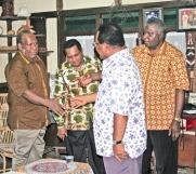 arnabas Suebu, SH bersalaman dengan Ketua BM LPMAK, Andreas Anggaibak