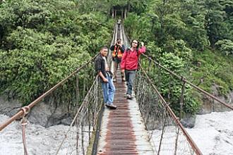 jembatan-gantung-penghubung-kampung-banti-i-ke-banti-ii.jpg