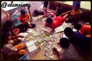 Anak-anak belajar di Rumah Baca Alam Riang